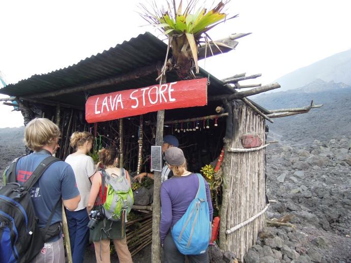 Sklep z wyrobami z lawy, Wulkan Pacaya, Gwatemala, fot. M. Lehrmann
