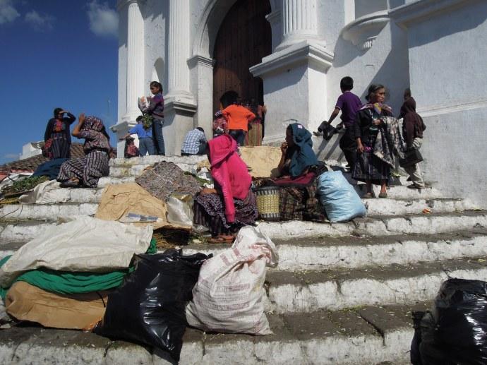 Santo Tomas jest miejscem rytuałów więcej mających wspólnego z przedchrześcijańskimi wierzeniami niż doktryną kościoła, Chichicastenango, Gwatemala, fot. Martin Lehrmann