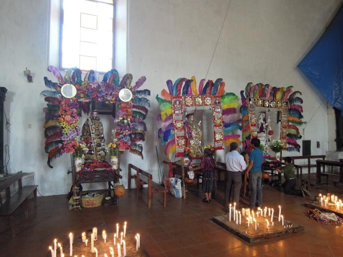 Ubrane w złoto figurki w kościele Santo Tomas, Chichicastenango, Gwatemala, fot. Martin Lehrmann