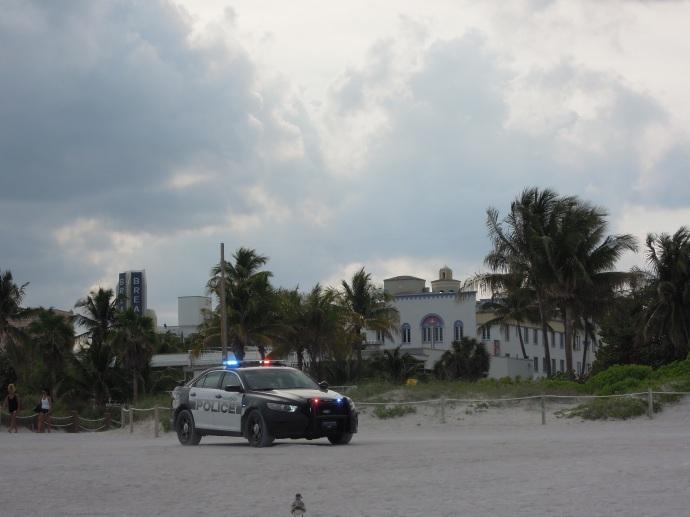 Skrzywieni przez Dextera robimy zdjęcia samochodom policyjnym, Miami, fot. A. Mielczarek