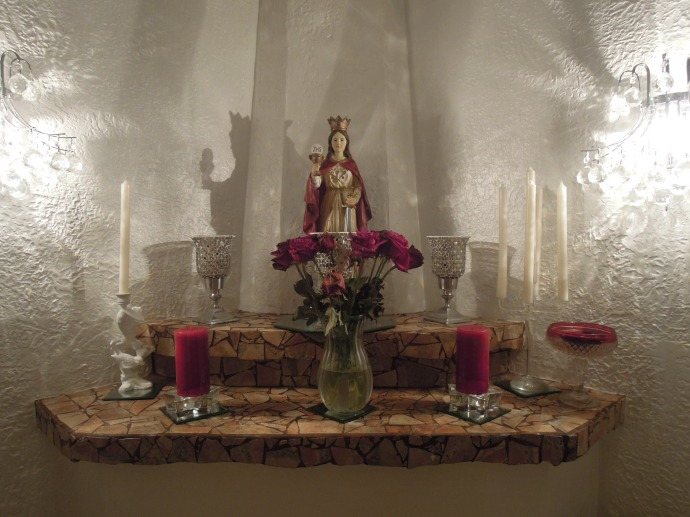 Kapliczka nad kominkiem w salonie, fot. A. Mielczarek