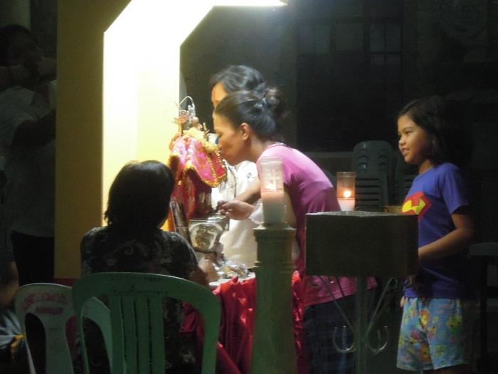 Wierni z czcią całują figurkę Dzieciątka Jezus, fot. M. Lehrmann