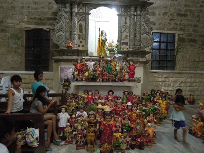 Kolekcja figurek Dzieciątka Jezus, katedra w Romblon, fot. M. Lehrmann