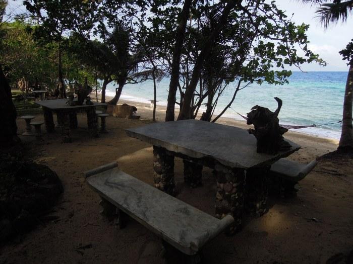 Marmurowe meble, plaża Talipasak, fot. M. Lehrmann
