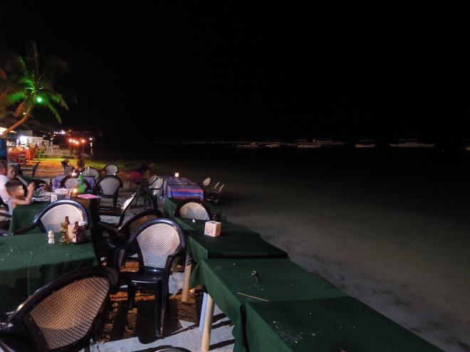 Romantyczna kolacja kończy się, kiedy morze upomina się o plażę, Alona Beach, Panglao, fot. M. Lehrmann