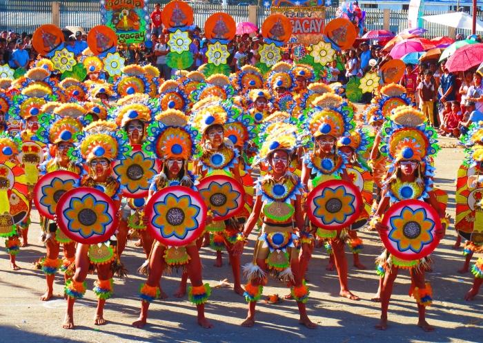 Uczestnicy obchodów stają do konkursu kostiumów. Zdjęcie pochodzi od poznanych na wyspie podróżników z Niemiec: http://auszweit.de/