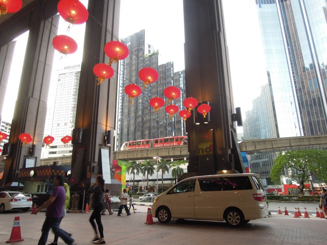 Metro i lampiony na Chiński Nowy Rok, Kuala Lumpur, Malezja, fot. M. Lehrmann