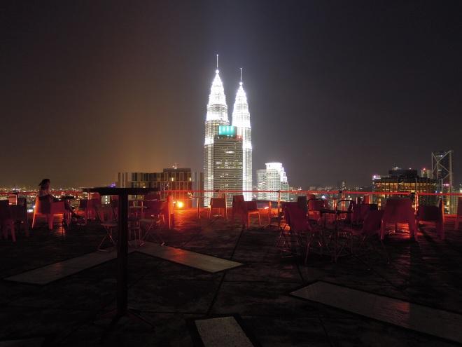 Petronas Twin Towers, widok z lądowiska dla helikopterów, które nocą przekształca się w bar, Malezja, fot. M. Lehrmann