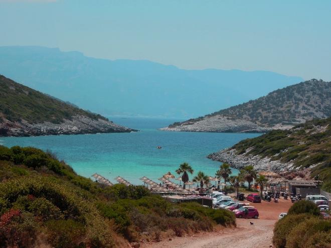 Skalista zatoczka kryje rajską plażę, Livadaki, fot. A. Mielczarek