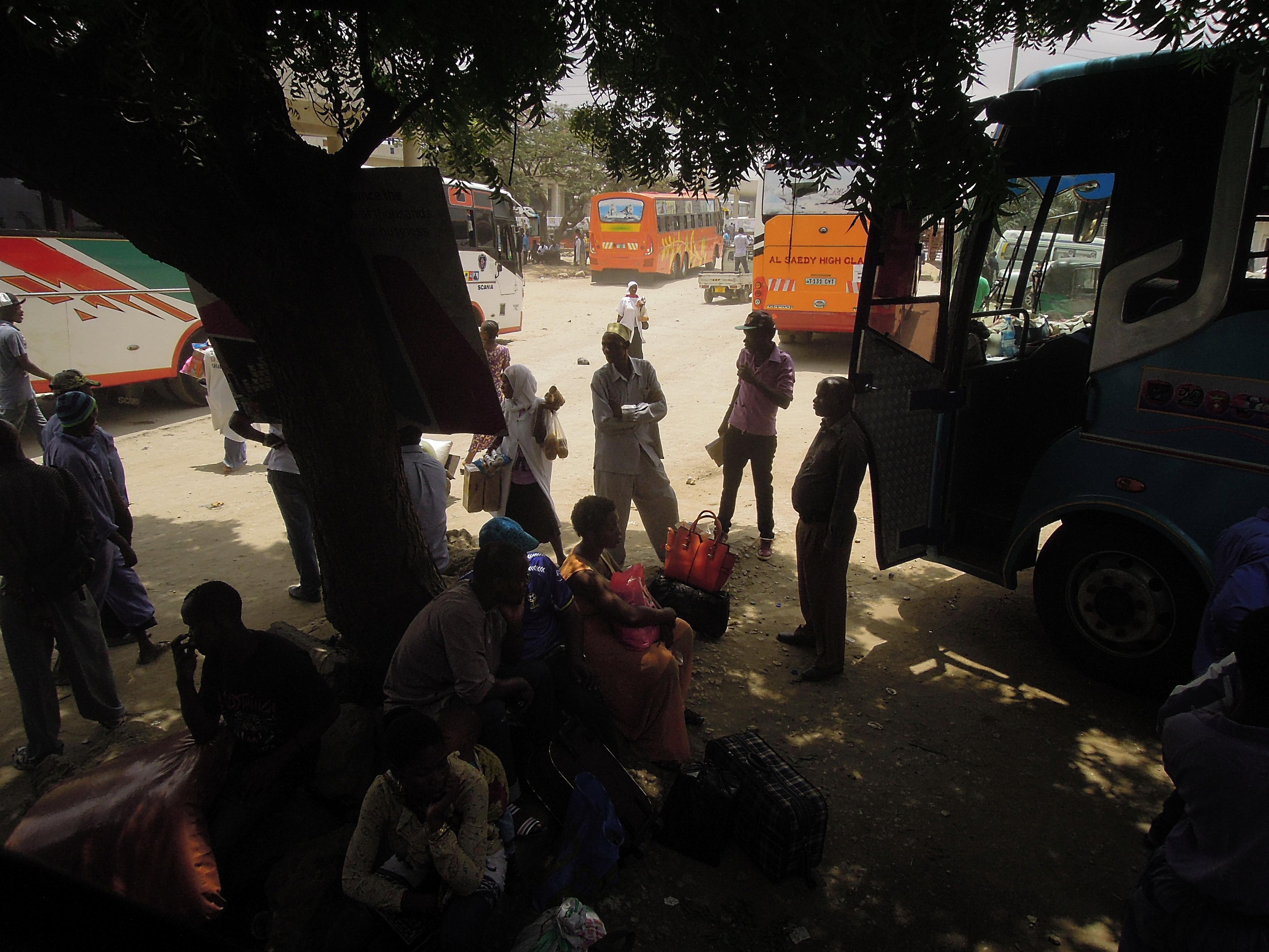 Czekając na autobus, stacja Ubongo w Dar Es Salaam, na której się o nas pobili, fot. A. Mielczarek