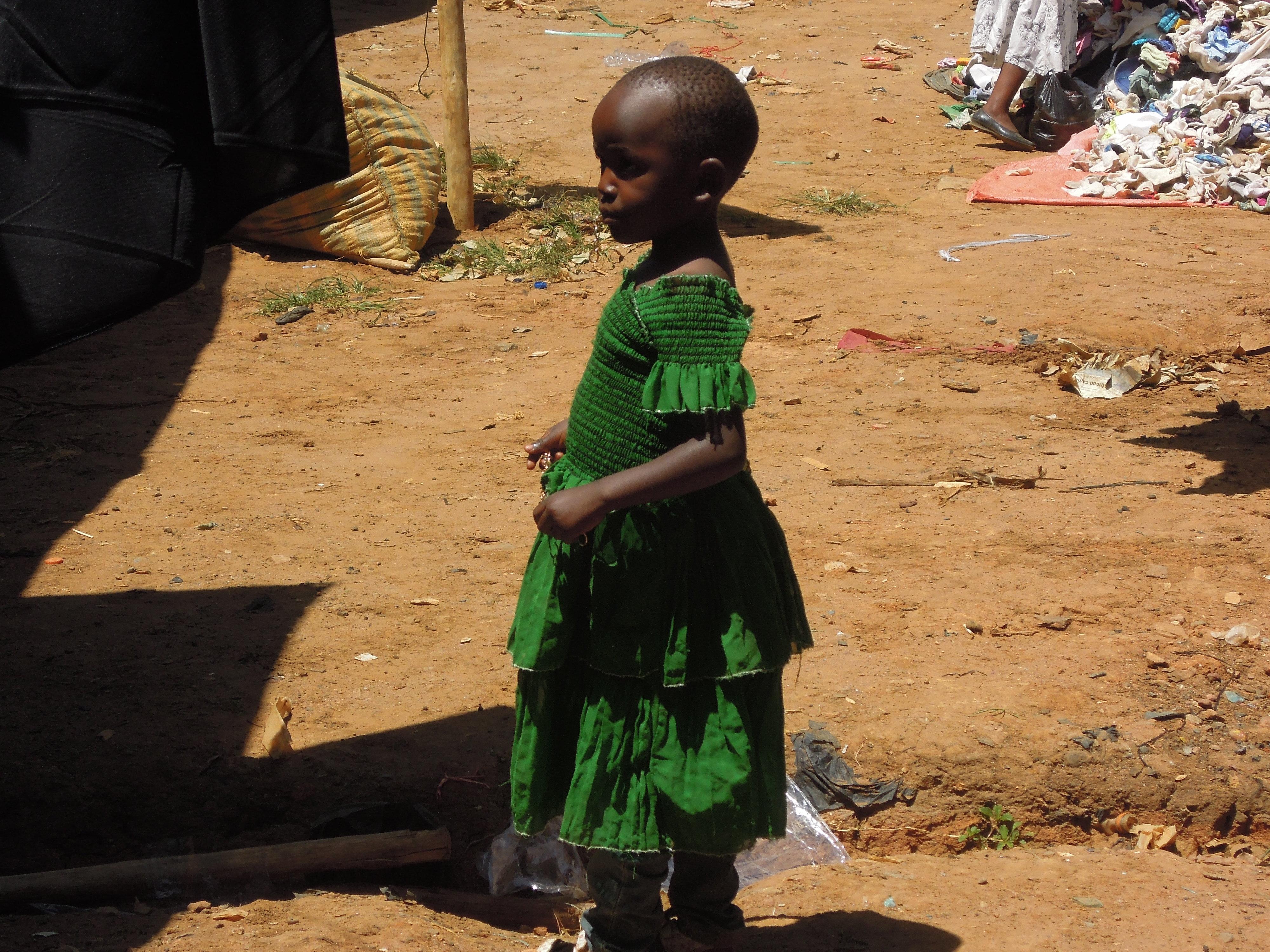Dziewczynka w zielonej sukience na targu w Lushoto, fot. M. Lehrmann