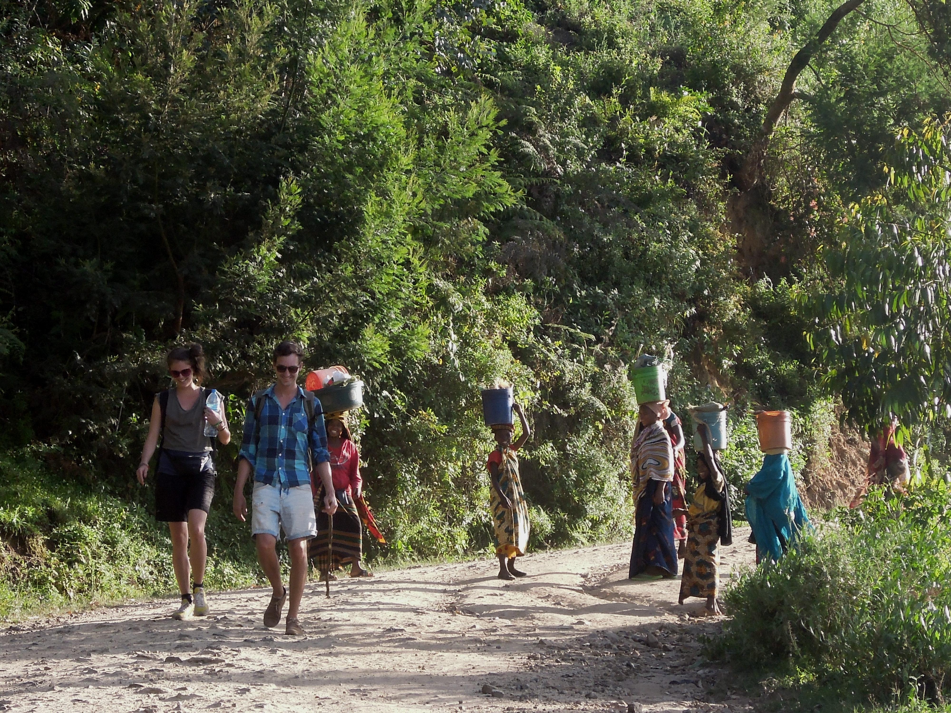 Jedni spacerują, kiedy inni pracują, Mambo, Góry Usambara, Tanzania, fot. A. Mielczarek