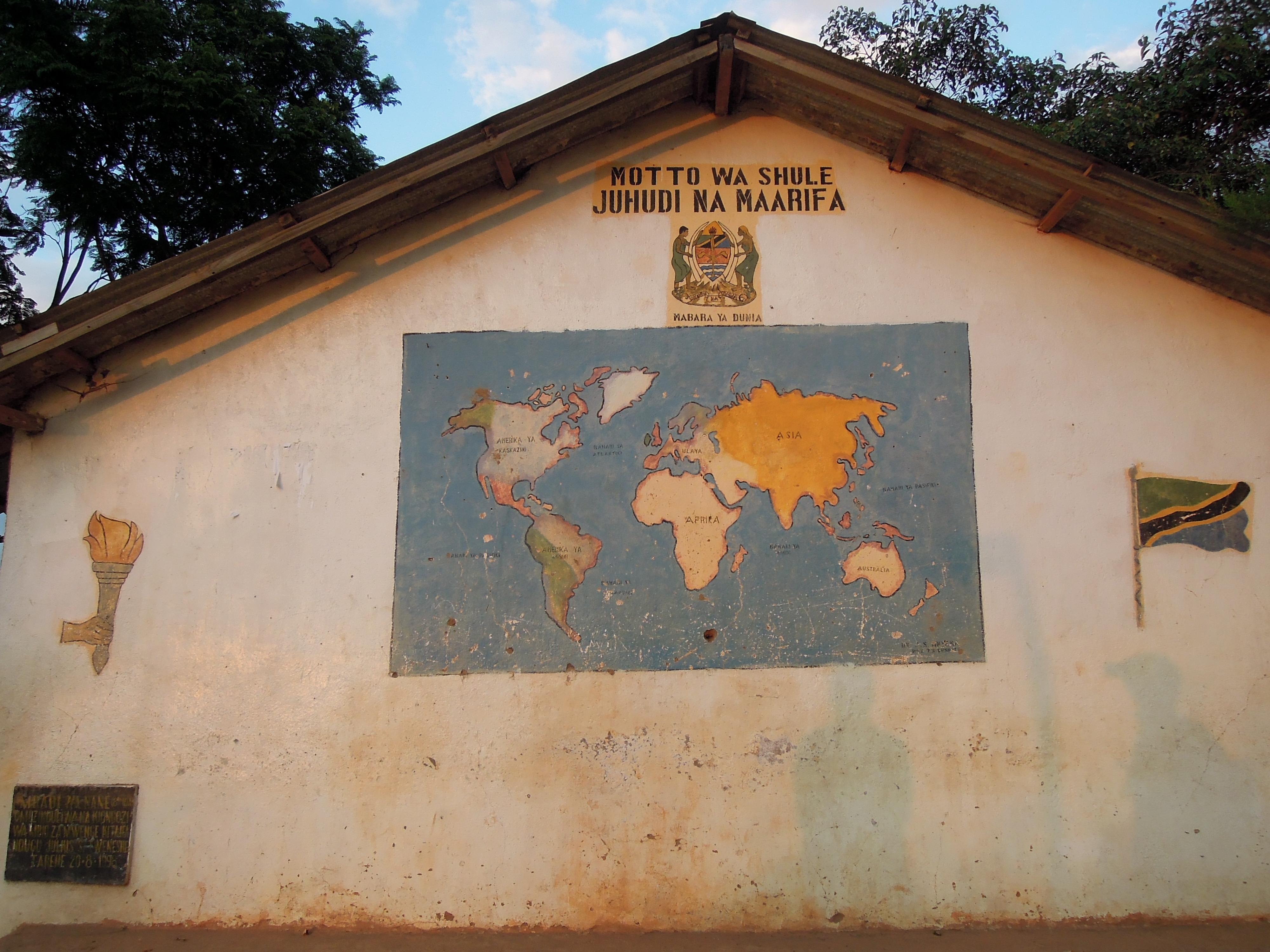 """Mapa świata na szkole (czyli shule) w Mtae. Wszystkie kontynenty nazywają się w swahili tak jak i wszędzie, tylko Europa to """"Ulaya"""", fot. M. Lehrmann"""