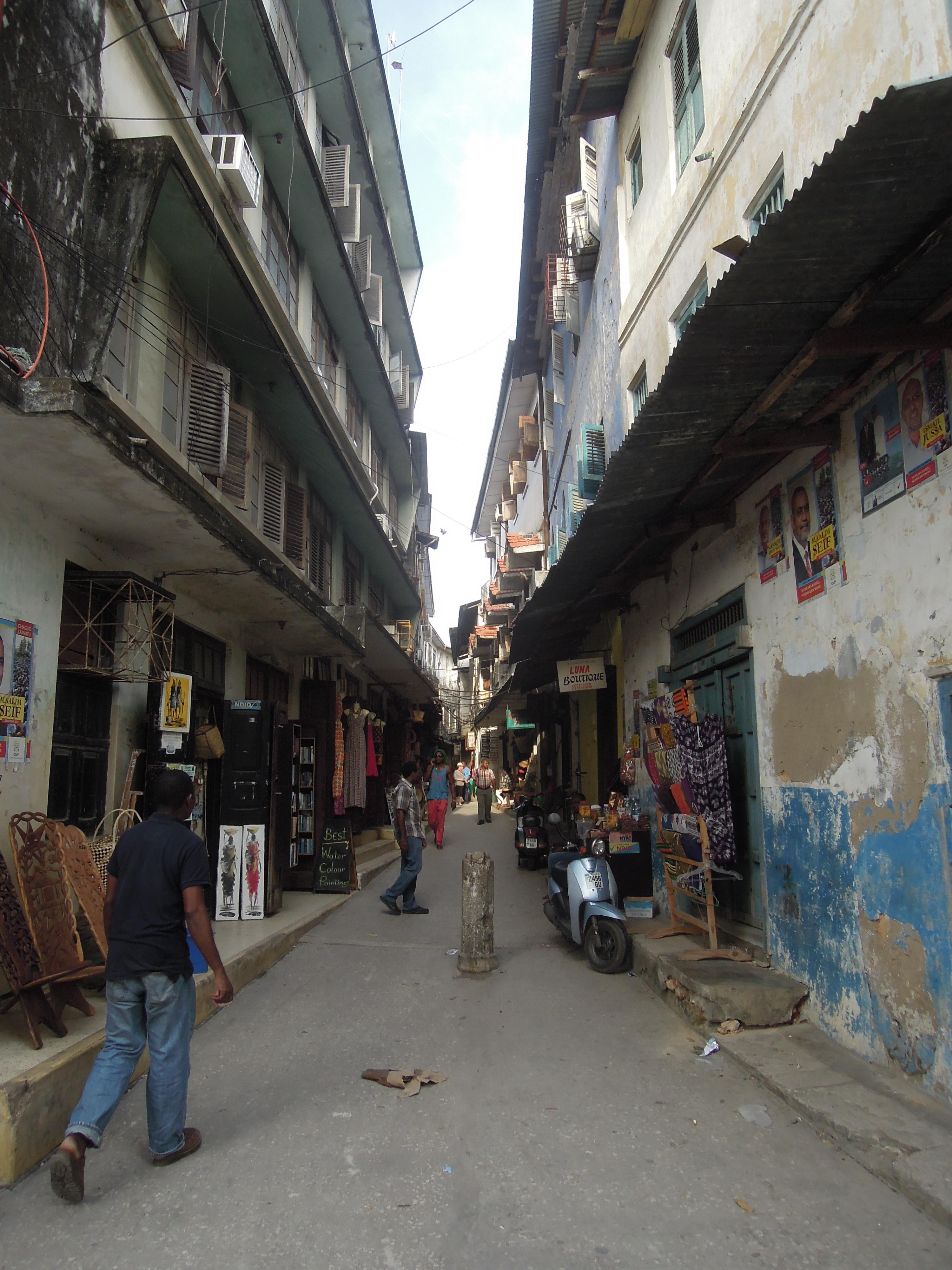 Uliczki są tak wąskie, że budynki zapewniają stały cień, Stone Town, Zanzibar, Tanzania, fot. M. Lehrmann
